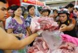 Người dân Tp.HCM xếp hàng lấy phiếu mua thịt heo từ sáng sớm