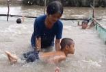 Lớp học bơi độc đáo của người phụ nữ miền Tây