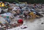 Chủ tịch xã Phụng Châu: 'Núi' rác bủa vây đường liên xã là trách nhiệm của công ty Môi trường Xuân Mai