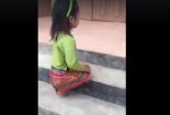 Xót xa bé gái cụt 2 chân tự mình leo lên từng bậc thềm để vào lớp học