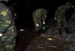 Công binh soi đèn nhặt đầu đạn quanh kho phế liệu
