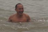 Người Hà Nội bơi trên sông Hồng trong thời tiết 10 độ