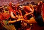 Độc đáo tục lệ 'Đánh đàn ông' trước thềm lễ hội sắc màu ở Ấn Độ