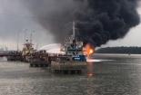 Đang bơm nhiên liệu, tàu chở dầu trọng tải 2.000 tấn bất ngờ bốc cháy dữ dội
