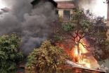 Hà Nội: Lửa cháy ngùn ngụt bao trùm căn nhà cao tầng
