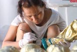 Video: Bên trong xưởng làm `cúp vàng World Cup` xuất sang Nga ở Hà Nội
