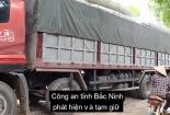 Hai xe tải chứa bình nhiên liệu nghi của máy bay ở làng Quan Độ