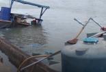 Hàng chục tấn hóa chất chìm xuống sông Đồng Nai