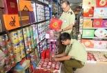 TP.HCM tăng cường kiểm tra các chợ bán bánh mứt kẹo dịp cận Tết