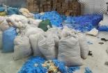 Bắt giữ hơn 1,7 tấn găng tay cao su đã qua sử dụng