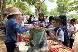 Kiểm tra thực phẩm và đồ chơi trẻ em trước cổng trường
