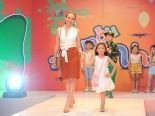 Hoa hậu Ngọc Diễm tái xuất sàn catwalk cùng con gái