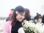 Bất chấp trời rét, người dân Hà Nội vẫn đổ về vườn hoa Nhật Tân để chụp ảnh cùng cúc họa mi
