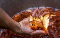 Chợ cá lớn nhất Hà Nội nhộn nhịp đón Tết ông Công, ông Táo