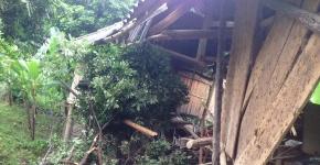 Bất ngờ bị 9 tảng đá lớn đè bẹp căn nhà, 2 người bị thương