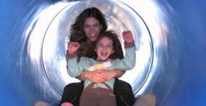 Trẻ có nguy cơ bị chấn thương cao hơn khi chơi cầu trượt cùng cha mẹ