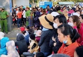Gần 2.000 công nhân bị nợ lương xếp hàng nhận tiền hỗ trợ về Tết