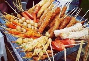 Đồ ăn vặt trôi nổi tại các cổng trường học