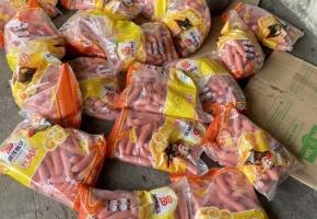 Bắt quả tang xe tải vận chuyển 5.000 cây xúc xích lợn đã chảy nước, mốc meo