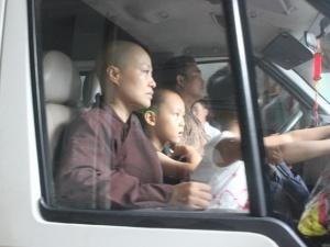 Đưa trẻ em và người già ra khỏi chùa Bồ Đề