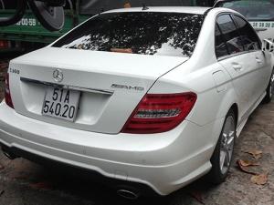 Siêu mẫu Thanh Hằng mở cửa xe hơi gây tai nạn?