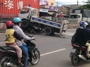 Cuốn 2 xe máy vào gầm, xe tải của CSGT làm 3 người bị thương