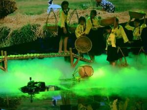 Giọng hát Việt nhí sập sân khấu khiến 2 người bị thương