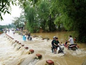 Thương vong do mưa lũ tiếp tục tăng lên 25 người, bão Fung-Wong quay ra biển Đông