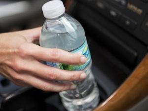 Nguy hại không ngờ từ nước uống đóng chai lâu ngày