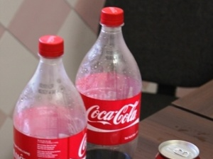 Hoảng hồn phát hiện nhiều thùng và lốc Coca Cola xì, nổ lốp bốp