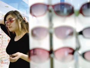 Trung Quốc: Gần nửa kính râm, kính cận bán trên thị trường không đạt chuẩn