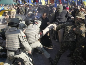 Tình hình Ukraine: Nhóm biểu tình cánh hữu ném đá vào tòa nhà Quốc hội Ukraine