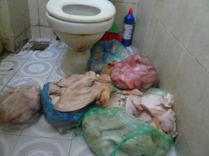 Kinh hãi  nguyên liệu làm nem tai, giò chả chất đống ở nhà vệ sinh