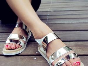 Nổi bật hơn với giày, dép kim loại