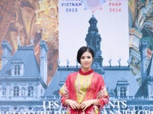 Ngắm Ngọc Hân đẹp lạ trong trang phục áo dài thổ cẩm