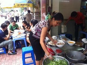 Hơn 100.000 đồng/bát phở gà ăn sáng, khách vẫn xếp hàng mua