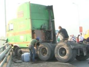Cần Thơ:  xe container đâm hỏng dải phân cách và thành cầu Cái Răng