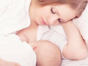 Đừng bắt trẻ bú mẹ giữa đêm