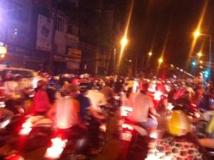 'Quái xế' ở TP.HCM quậy tưng bừng đêm Việt Nam vào bán kết