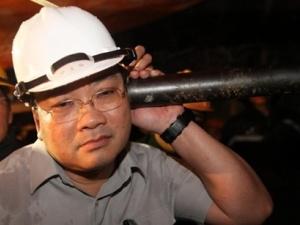 Phó Thủ tướng Hoàng Trung Hải nói chuyện với công nhân bị kẹt trong hầm thủy điện Đạ Dâng