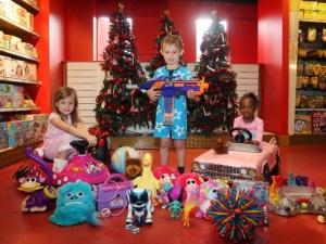 Mối nguy hiểm từ đồ chơi giáng sinh cho trẻ