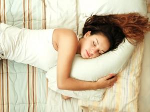Những thói quen gây hại khi ngủ