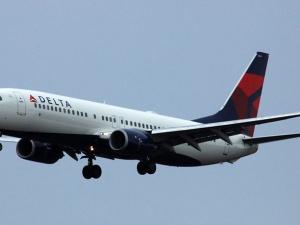 168 hành khách hoảng loạn vì cơ trưởng bị 'giam' ngoài buồng lái