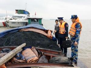 Tàu chở 150 tấn than cám lậu 'sa lưới' cảnh sát biển