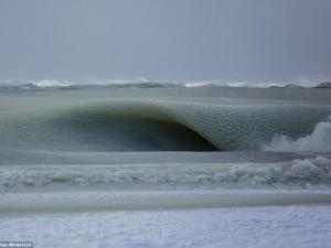 Chiêm ngưỡng con sóng bị đóng băng gần bờ biển Mỹ