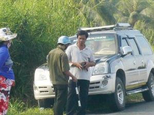 Người dân tự tổ chức vây bắt ô tô gây tai nạn rồi bỏ trốn