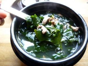 Cách làm món canh rong biển thịt bò thanh mát, bổ dưỡng
