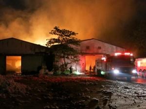 Diễn biến phức tạp đám cháy xưởng bông ở Bình Dương