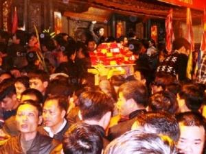 Đỉnh điểm của sự hỗn loạn trong lễ khai ấn Đền Trần