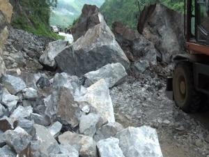 Quảng Ngãi: Mưa trái mùa gây sạt lở đất cô lập 1.600 hộ dân
